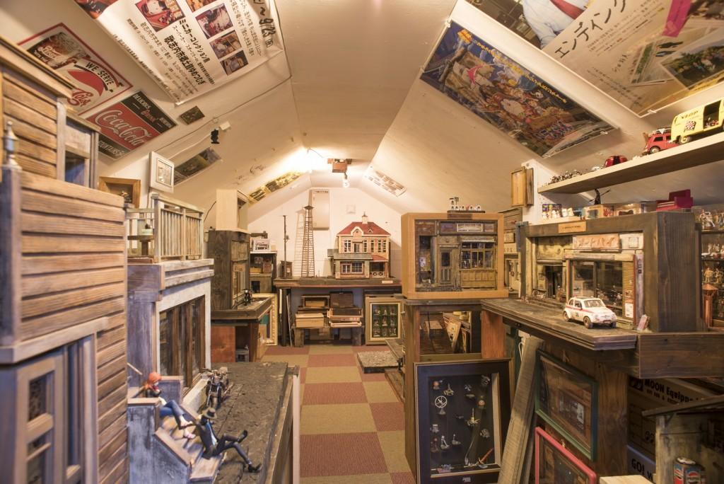 2階には数々の作品と年代物のおもちゃのコレクションが沢山!